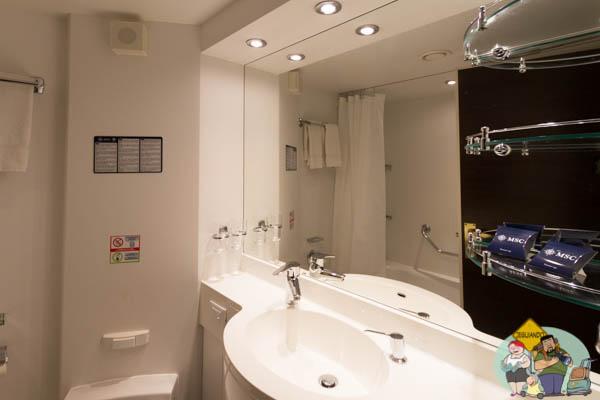 Banheiro da cabine com varanda do MSC Splendida.