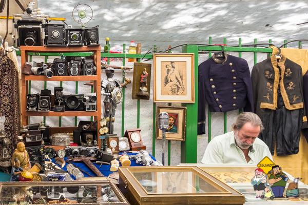 Câmeras antigas e trajes militares. Imagem: Erik Araújo