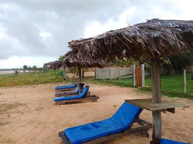 Estrutura de espreguiçadeiras para aproveitar a vista do mar. Pousada Praia das Ondas. Imagem: Janaína Calaça