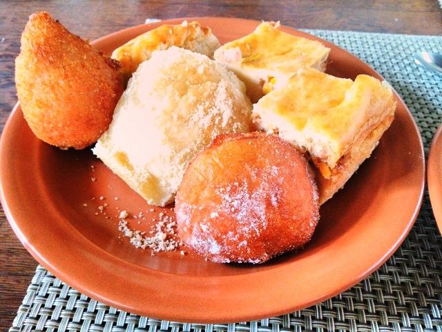 Alguns itens do farto café da manhã da Pousada Praia das Ondas. Imagem: Janaína Calaça