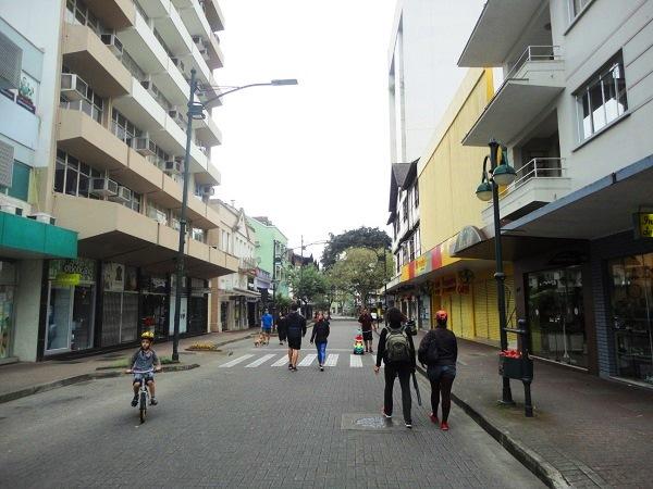 Rua XV de Novembro em pleno domingo: livre para pedestres e ciclistas. Imagem: Lorena Grisi