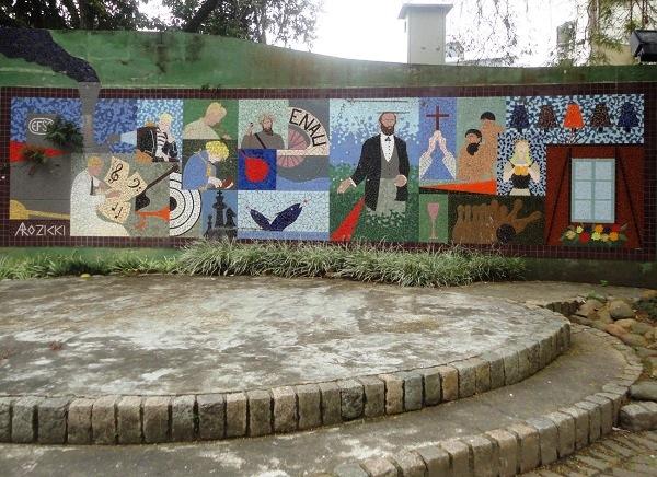 Praça Dr. Blumenau, no meio da Rua XV de Novembro: o mosaico na parede homenageia o fundador da cidade, Hermann Blumenau. Imagem: Lorena Grisi