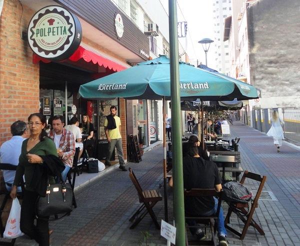 Boulevard em rua transversal à XV de Novembro (Rua Capitão Euclides de Castro): muitas opções de lugares para comer. Imagem: Lorena Grisi