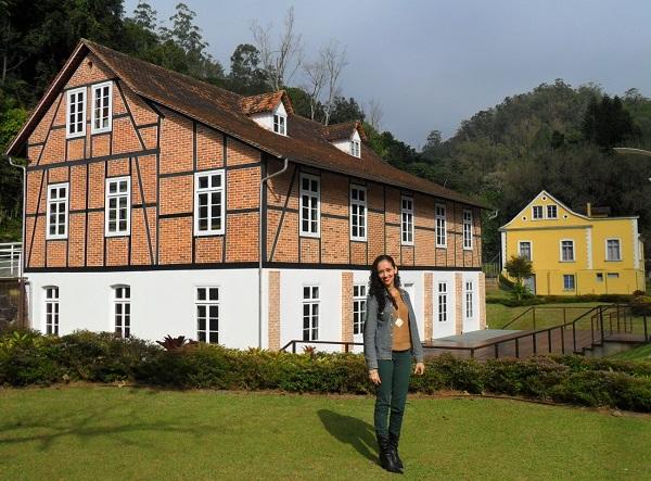 Lorena Grisi em frente ao Museu da Hering: casarão em estilo enxaimel.