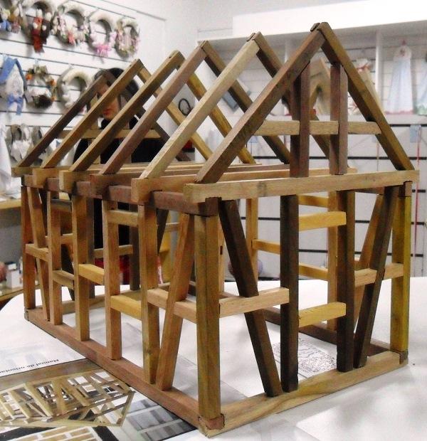 Na loja de artesanato, a maquete de uma casa em estilo enxaimel: a estrutura era feita de madeira e os espaços vazios eram preenchidos com tijolos ou pedras. Isso permitia que povos nômades alemães desmontassem suas casas e as transportassem para outros lugares em que escolhessem viver. Imagem: Lorena Grisi