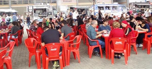Praça de alimentação: muito hambúrguer e muita cerveja alemã. Imagem: Lorena Grisi