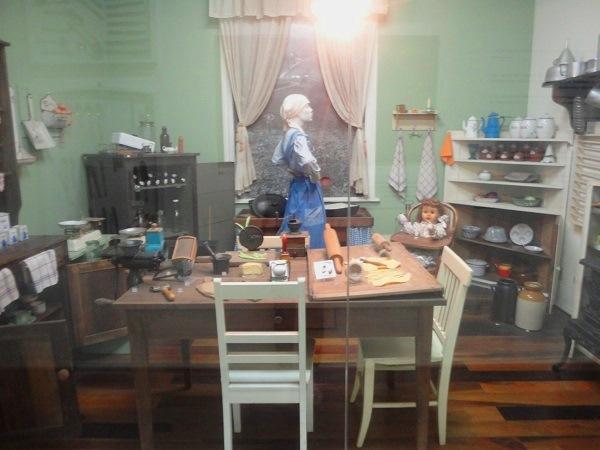 Mobiliário e peças de cozinha. Imagem: Lorena Grisi