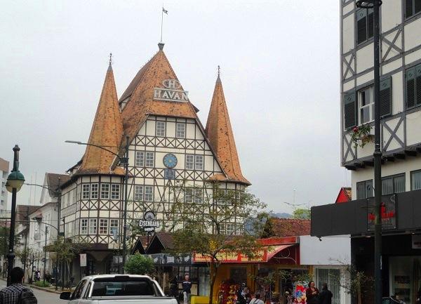 O Castelinho da Havan, na Rua XV de Novembro: réplica da primeira prefeitura alemã, que data da Idade Média, hoje o prédio abriga uma grande loja de departamentos. Imagem: Lorena Grisi