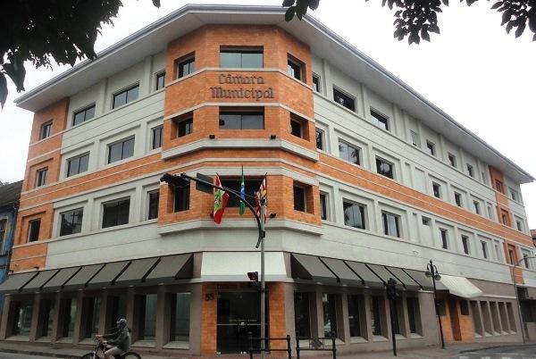 Logo após a Fundação Cultural, avistamos o prédio da Câmara Municipal. Imagem: Lorena Grisi