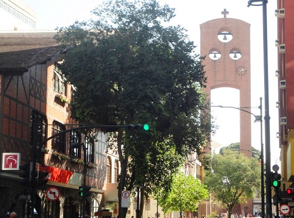 Ao longe, já se pode avistar o campanário da Catedral de São Paulo Apóstolo, com seus três sinos e seu relógio. Imagem: Lorena Grisi