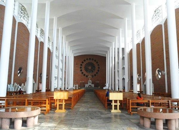 Catedral de São Paulo Apóstolo: igreja monumental na Rua XV de Novembro. Imagem: Lorena Grisi