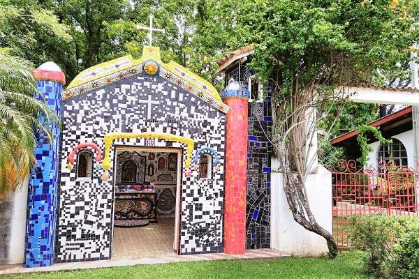 Mosaicos dos artistas Ângelo Milani e de sua esposa Cláudia Villar Marques de Sá. São Bento do Sapucaí. Imagem: Janaína Calaça