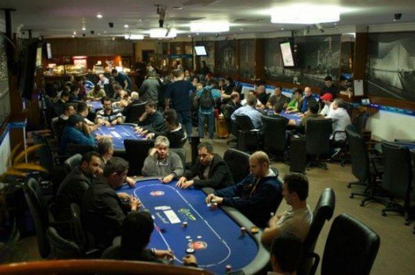 Entusiastas disputam torneio no H2. Imagem: PokerNews/Divulgação