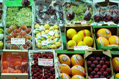 Frutas frescas, de várias partes do Brasil, enfeitam as bancas surtidas do Mercado Municipal de São Paulo. Imagem: Janaína Calaça