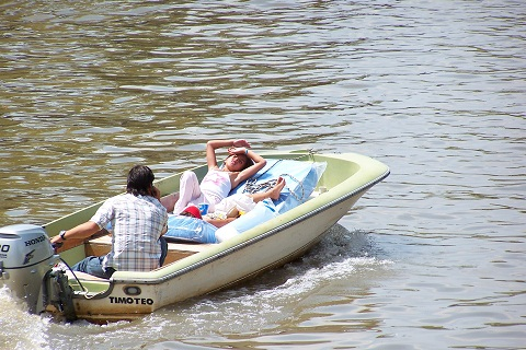 Embarcações particulares também dividem as águas do Tigre. Imagem: Arquivo Jeguiando