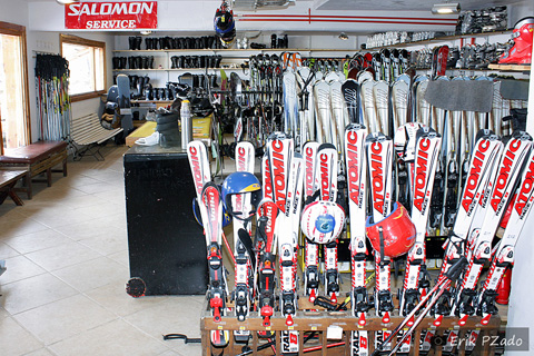 Loja de locação de equipamento de esqui em Bariloche, Argentina. É aqui onde tudo começa: dos tombos às quedas! Imagem: Erik Pzado.