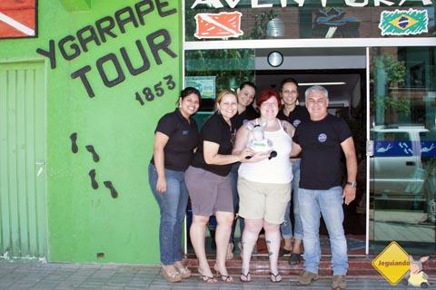 Meninas da agência Ygarapé Tour e seu fundador, o Juca Ygarapé, recepcionando o Jeguiando em sua visita a Bonito, MS. Imagem: Erik Pzado.