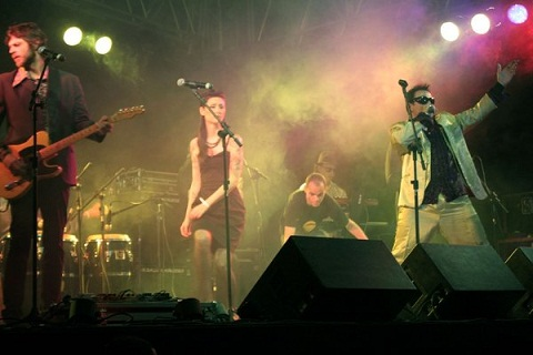 """Frank Elvis e Los Sinatras, baladinhas para o povo """"paquerá"""". Imagem: Erik Pzado"""