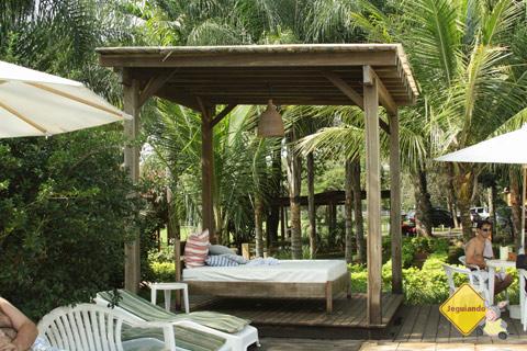 Bangalôs à beira da piscina para relaxar. Santa Clara Eco Resort, Dourado, SP. Imagem: Janaína Calaça.
